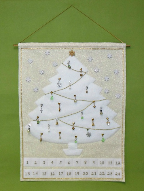 Sew this Christmas Tree Advent Calendar - complete with little ornaments to add for each of the days!